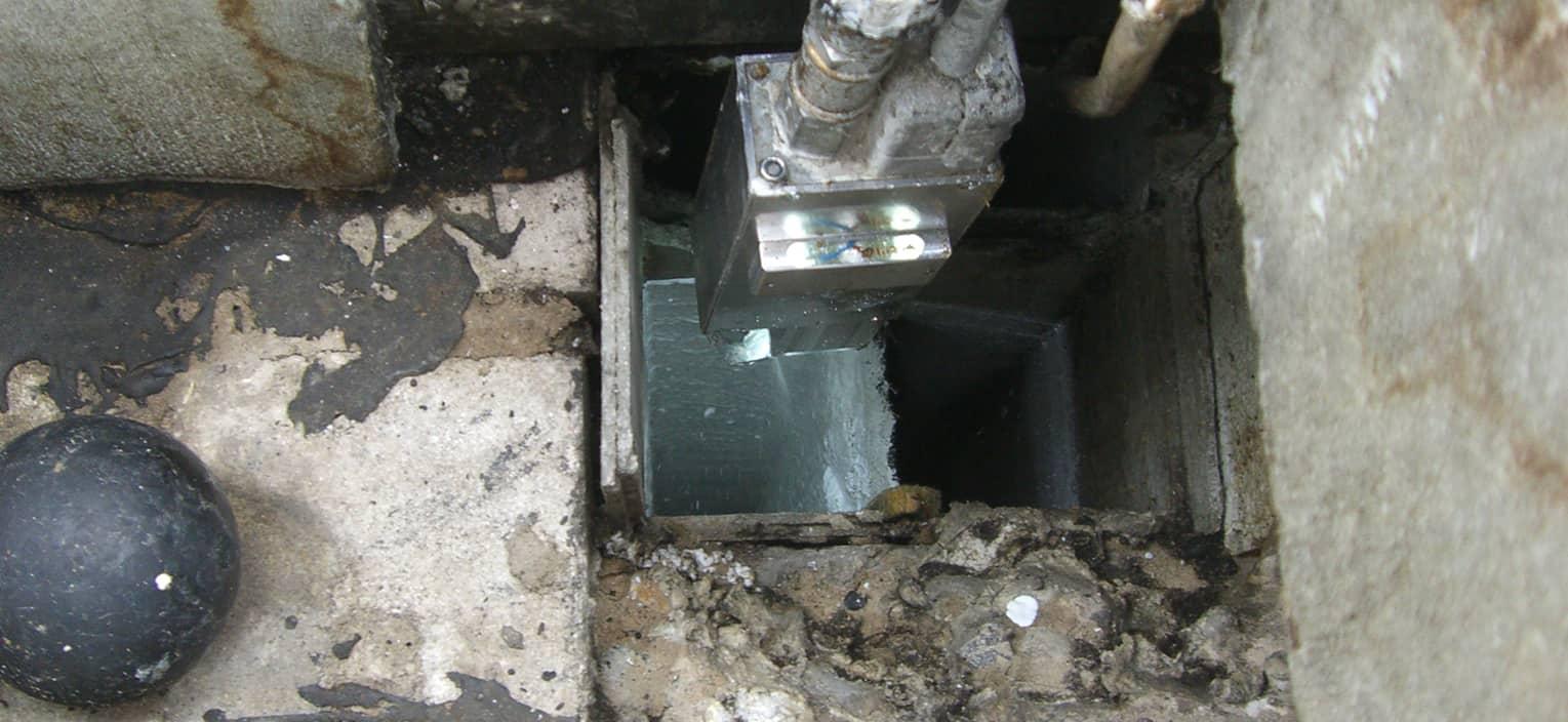 Beschichtungsgerät live während der Beschichtung eines Asbest Lüftungsschachtes