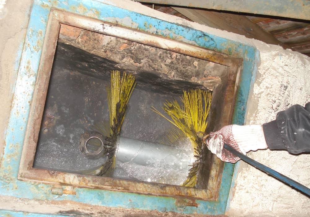 Chemische Nassreinigung eines stark verschmutzten Lüftungskanal aus Mauerwerk