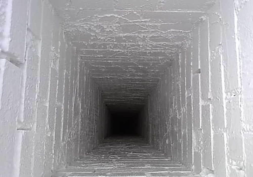 Gemauerter Schornstein nach der Beschichtung mit einer glatten und dichten Oberfläche nach VDI