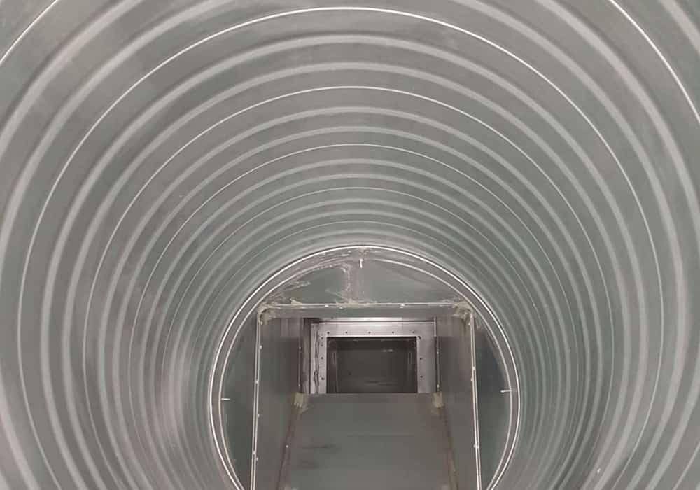 Gewerbe Industrie Lüftungsrohr nach der mechanischen Reinigung durch MEKON