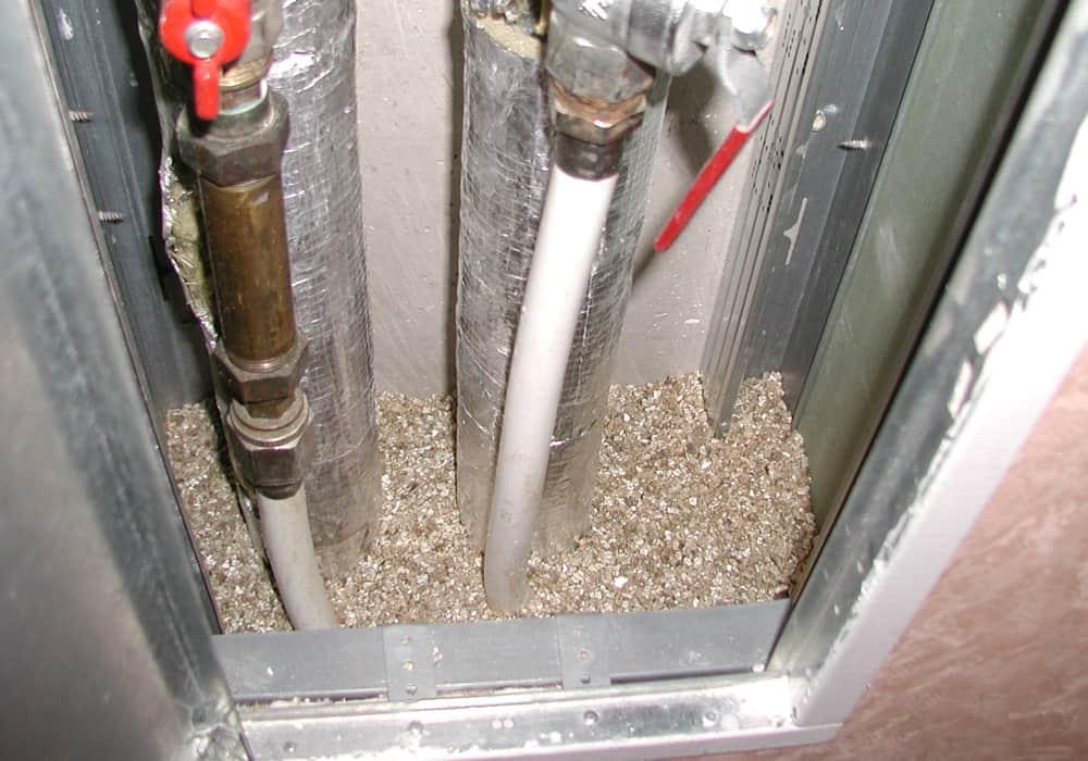 Installationsschacht mit Vermiculit aufgefüllt - vor der abschließenden Abdichtung