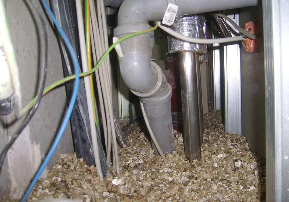 Installationsschacht mit Vermiculit aufgefüllt - vor der abschließenden rauchgasdichten Abdichtung