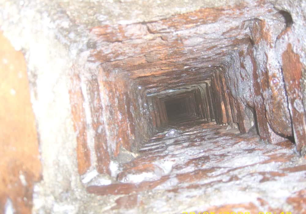 Schornsteinzug vor der Sanierung durch Beschichtung und Abdichtung