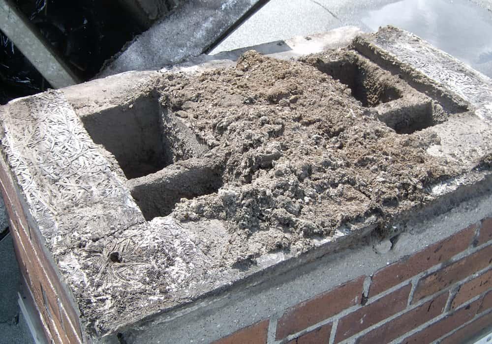Stark verschmutzter Schachtkopf Lüftungsschacht Wohnungsbau