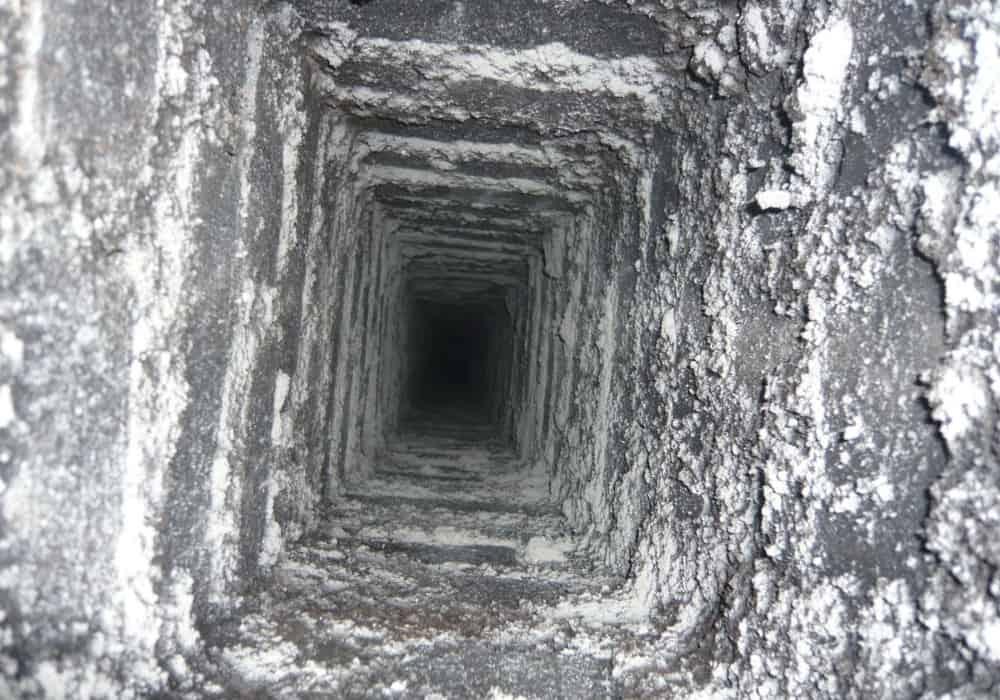 Verschmutzter Schornsteinzug vor der Sanierung durch Beschichtung und Abdichtung